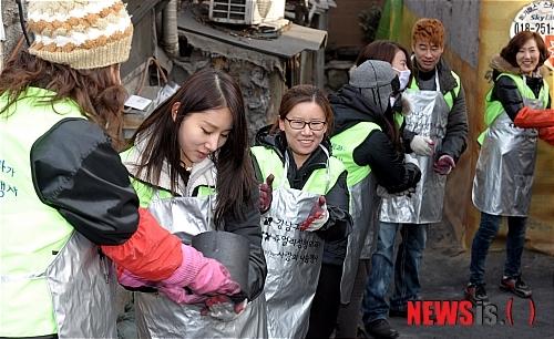 즐겁게 연탄 배달하는 자원봉사자들